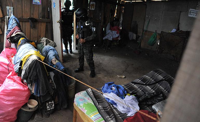 """Efectivos de la Policía Militar buscaron """"casas locas"""" en distintas colonias del norte de Comayagüela."""