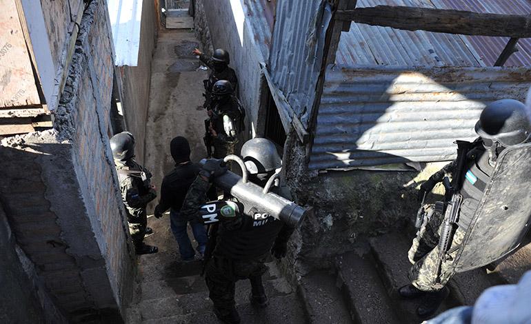 Efectivos militares y de inteligencia se adentraron en los conflictivos callejones donde operan varios pandilleros.