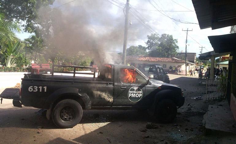 En la reyerta de los pobladores resultó una patrulla quemada y otra destruida a pedradas.