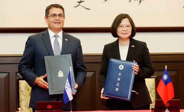 La presidenta Tsai, y su homólogo hondureño, Juan Orlando Hernández Alvarado, sostienen copias del comunicado conjunto firmado el 3 de octubre 2016.