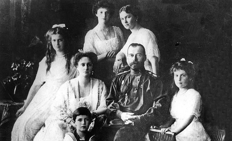 Una imagen de la familia real rusa. En el centro el zar Nicolás II y la zarina Alexandra. (Archivo)