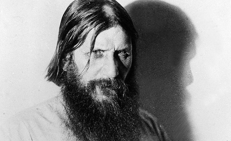 El aventurero Grigori Rasputin (c) uno de los cortesanos del Zar Nicolás II, fue asesinado en diciembre de 1916 por un grupo de monárquicos. En la imagen una instantánea poco antes de su muerte. (Foto archivo)
