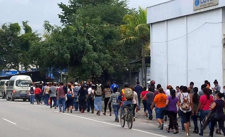 Debido a la protesta, cientos de personas se vieron obligadas a caminar para llegar a sus destinos.