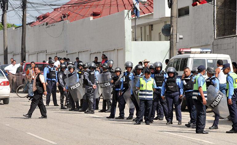 Después de varias horas, las autoridades policiales lograron desalojar a los protestantes.