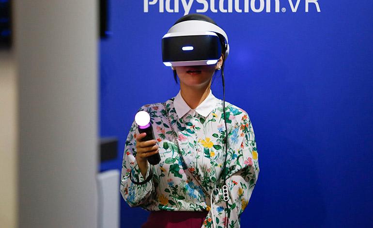 Una visitante prueba un juego de realidad virtual de Sony PlayStation VR durante el Tokyo Game show en el centro de convenciones Makuhari Messe en la localidad de Chiba, al este de Tokio, Japón, el 15 de septiembre de 2016.  EFE/Christopher Jue