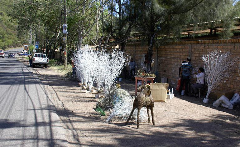 Artesanos ofrecen adornos típicos para esta Navidad