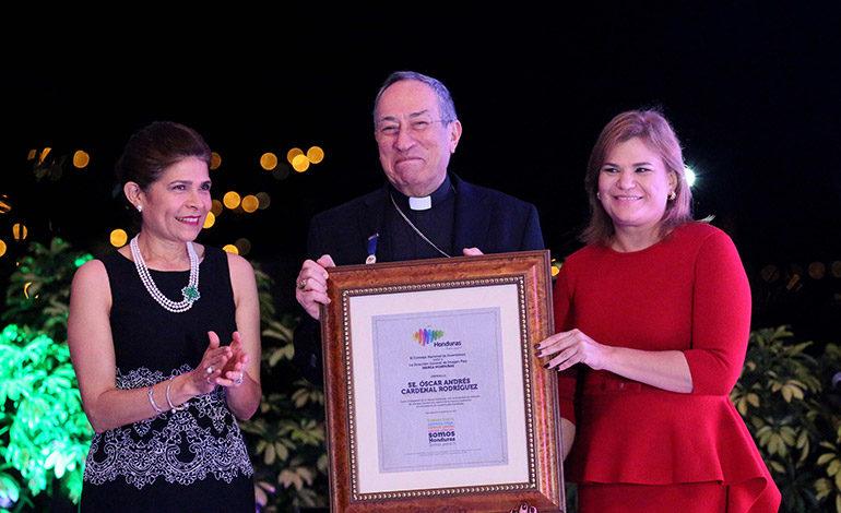 RECONOCIMIENTO. Hilda Hernández en la entrega de un reconocimiento conferido por el Programa Marca País Honduras al cardenal, Óscar Andrés Rodríguez Maradiaga.