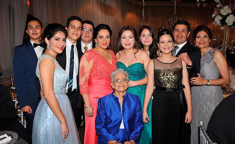 FAMILIA. Hilda Hernández con parte de su familia, incluyendo su madre, doña Elvira; la pareja presidencial, Juan Orlando y Ana García de Hernández y sus hijos, Humberto y Andrea Gaekel.