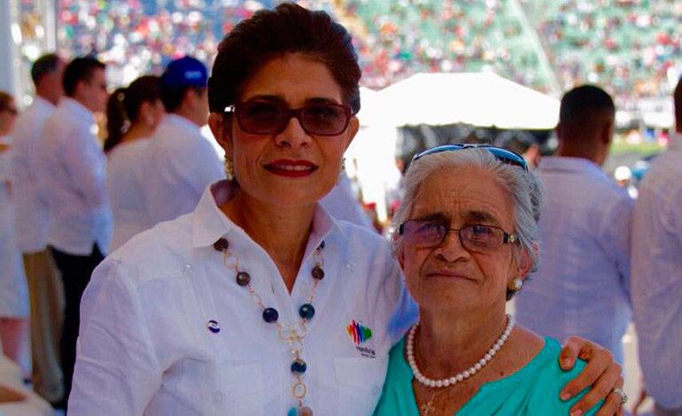 CON MADRE. Una relación familiar amorosa muy especial entre madre e hija.