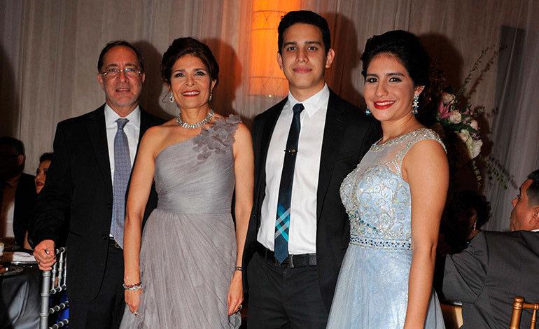 HOGAR. Junto a su esposo, Jean François de Peyrecave, y sus hijos, Humberto y Andrea.