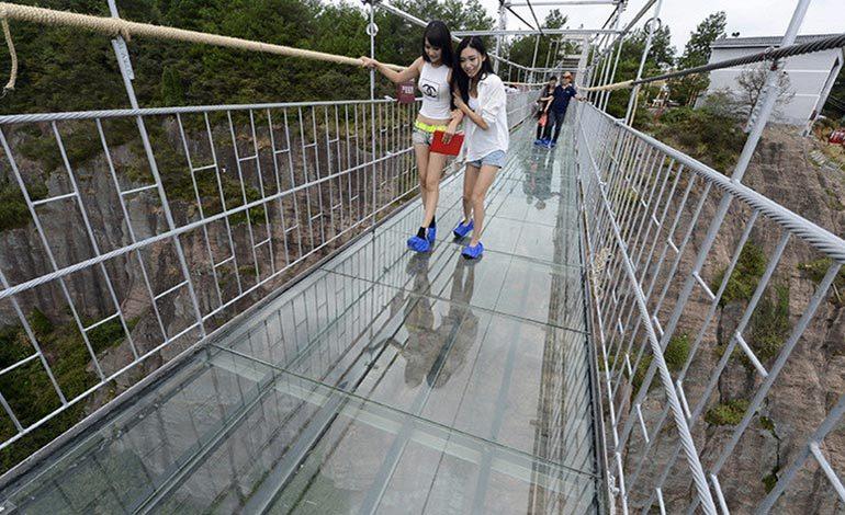 Qué bromita! Puente de quiebra debajo de los pies de turistas (Video)