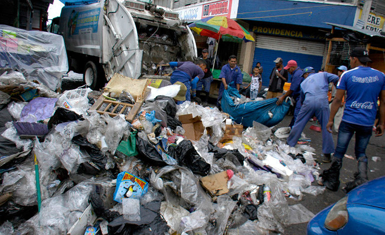 """""""Atoradas"""" de basura dejaron las avenidas de los mercados"""