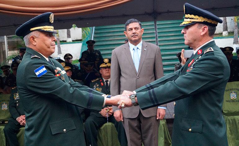 Asumen comandantes del Ejército y Fuerza Naval