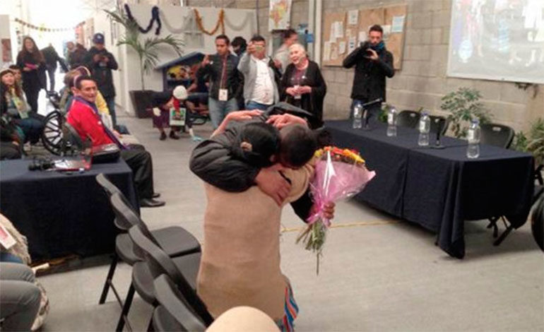 Hondureño se reencuentra con su madre 10 años después en México