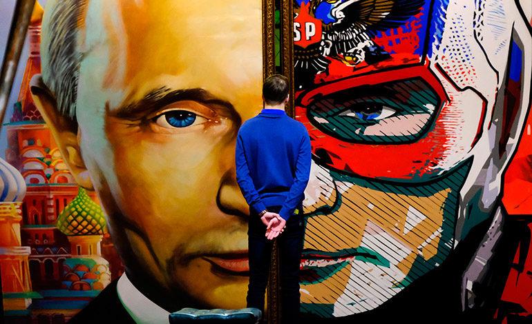"Putin de Papa Noel o de Superman en la exposición ""SuperPutin"""