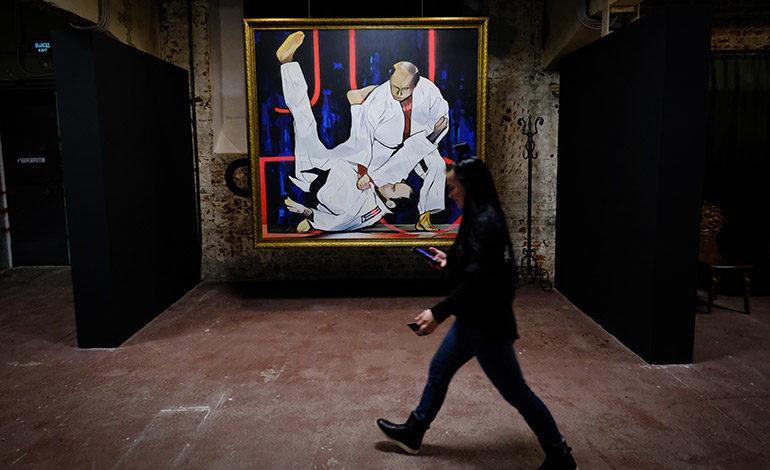 """Putin de Papa Noel o de Superman en una exposición """"SuperPutin"""" en Moscú"""
