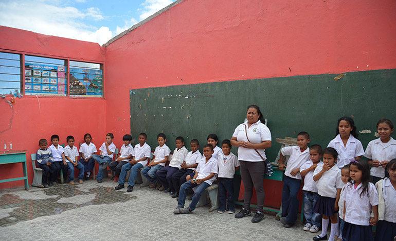 Sin techo inician clases en escuela