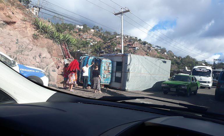 Vuelca camión en la salida a Danlí