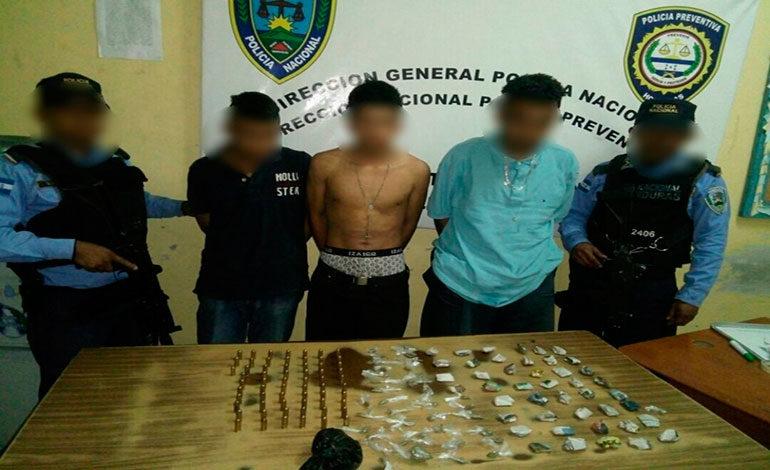 """Capturan a tres supuestos miembros de la banda """"Del Flaco"""" con drogas y municiones"""