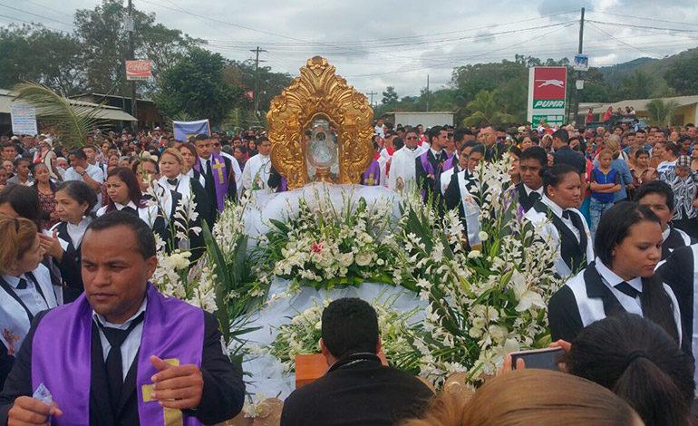 Devotos rinden tributo a Santa María de Suyapa