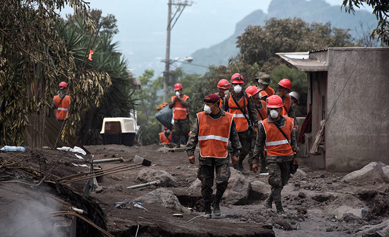 Suben a 110 los fallecidos y fluye ayuda para afectados tras erupción volcán