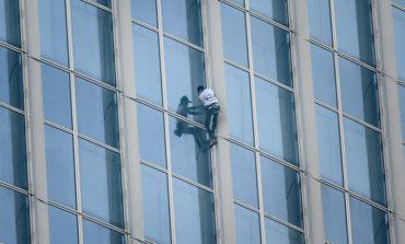 """Detenido el """"Spiderman francés"""" mientras escalaba un rascacielos (Video)"""