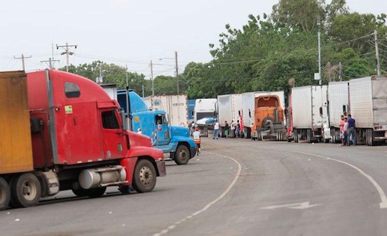 Gobiernos centroamericanos buscan salida a camioneros varados en Nicaragua