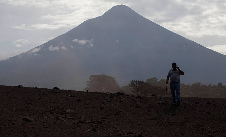 Advierten de nuevo lahar que desciende del volcán de Fuego de Guatemala