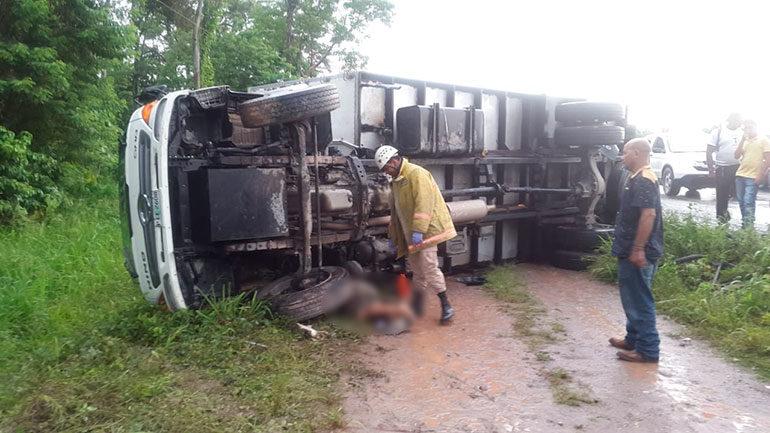 Ciclista fallece tras caerle un camión