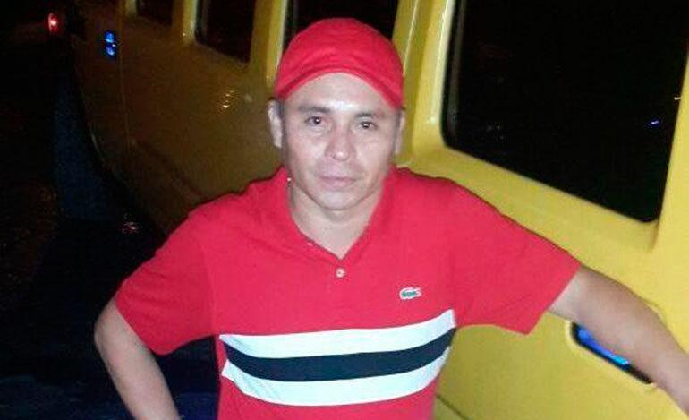 """Hernán Natharén junto a la limusina Hummer que luego fue incautada en allanamientos a """"Los Peludos"""", la cual está valorada en varios millones de lempiras."""