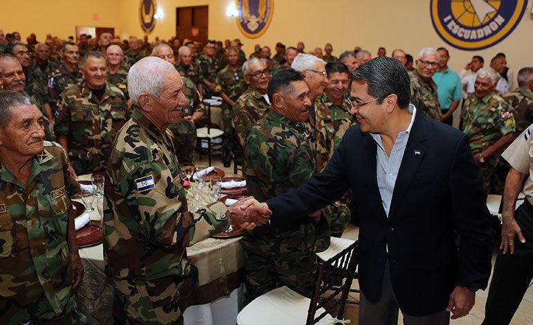 Presidente Hernández reconoce servicio de veteranos de guerra