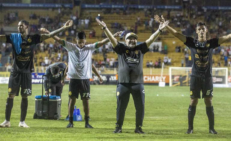 """""""Creí que estaba en la cancha de Boca"""", dice Maradona tras su debut en México"""
