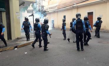 Manifestantes se enfrentan con la Policía en Tegucigalpa y San Pedro Sula