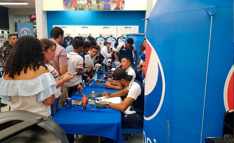 Motagua firma autógrafos en Diunsa