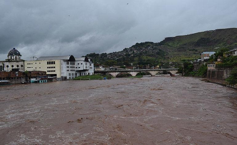 Lluvias provocan inundaciones y deslaves en la capital