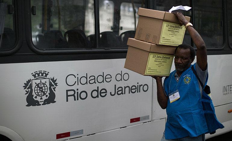En la favela o en la web, candidatos en Brasil juegan sus últimas cartas