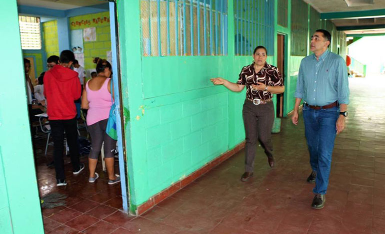 El ministro director de Idecoas durante la inspección de uno de los centros educativos afectados por las lluvias.