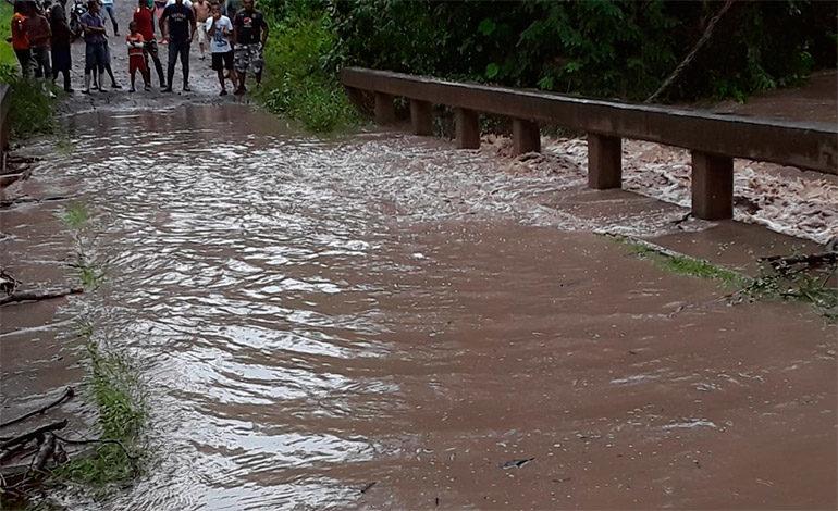 Aguaceros en Olancho dañan puentes y cultivos