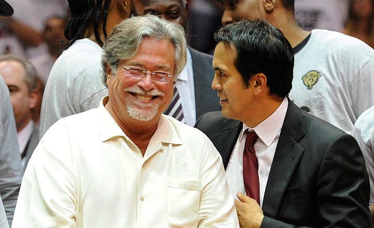 Imagen de archivo de Micky Arison (izquierda), propietario de los Miami  Heat. EFE/Rhona Wise/PROHIBIDO SU USO EN CORBIS [PROHIBIDO SU USO EN CORBIS]