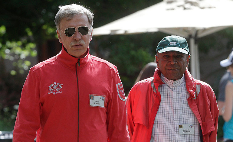 El dueño de Kroenke Sports Enterprises, Stan Kroenke (izquierda), en una imagen de archivo junto al multimillonario malasio Ananda Krishnan. EFE/ANDREW GOMBERT