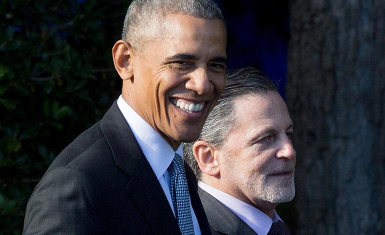 Imagen de archivo fechada el 10 de noviembre de 2016, del entonces  presidente de EE.UU. Barack Obama junto al dueño de Cleveland Cavaliers Dan Gilbert (d). EFE/MICHAEL REYNOLDS