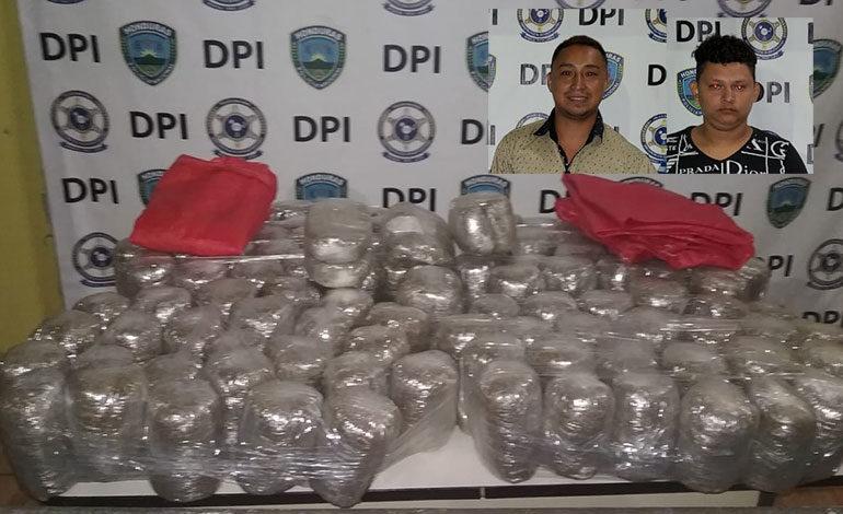 Caen dos hombres con más de 100 libras de marihuana en Colón