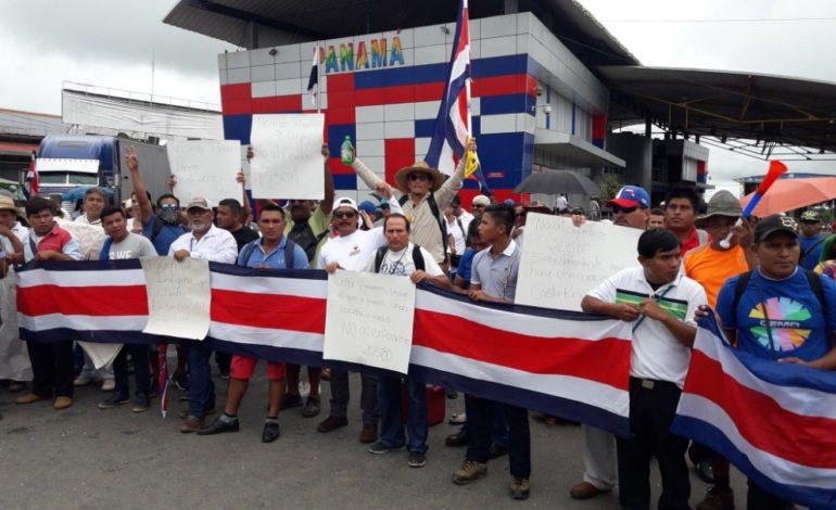 Costarricenses cierran frontera con Panamá contra cambios fiscales de su país