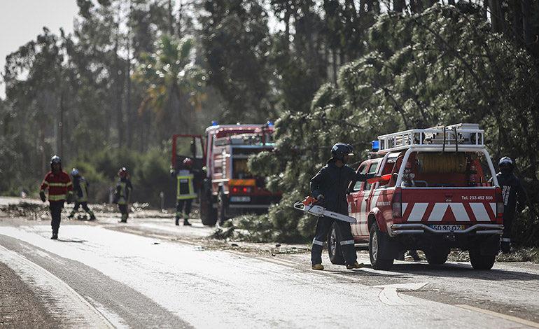 """La tormenta """"Leslie"""" golpea Portugal y pierde intensidad en España"""