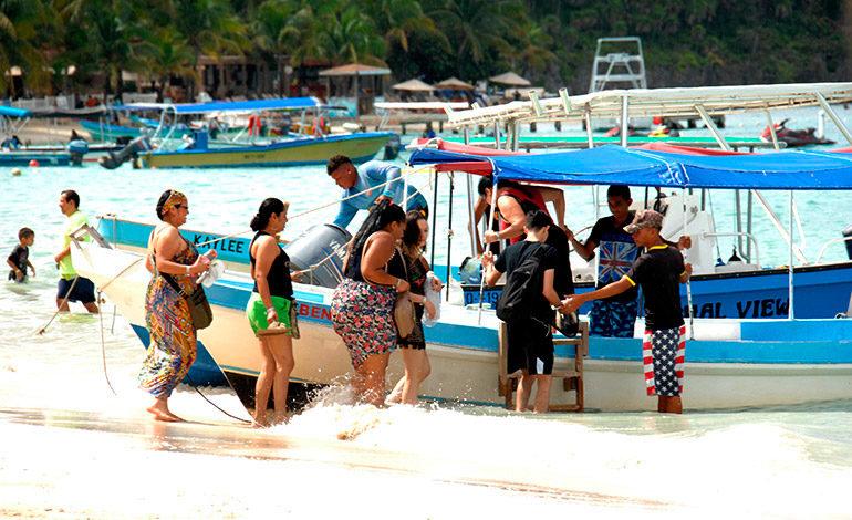 Hasta mil pasajeros diarios llegan a Islas de la Bahía