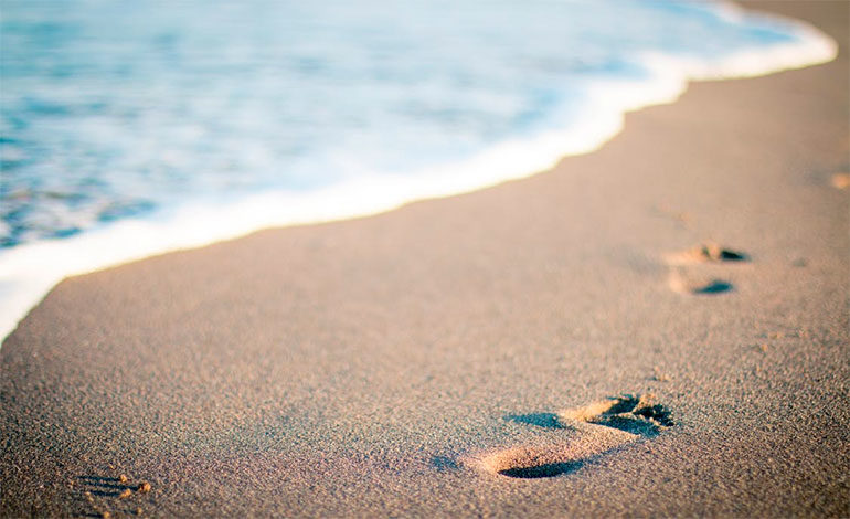 Halla en una playa francesa el anillo de boda perdido hace 14 años