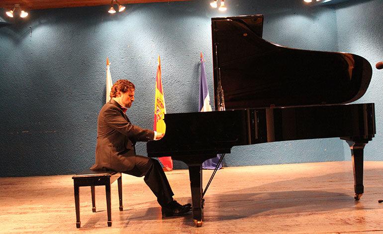 Aplaudido concierto del pianista español Jose Luis Nieto