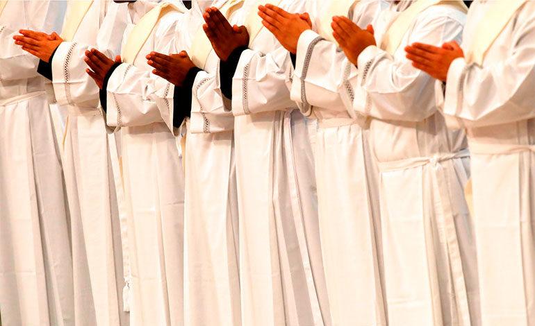 Vaticano sienta bases para discusión sobre curas casados