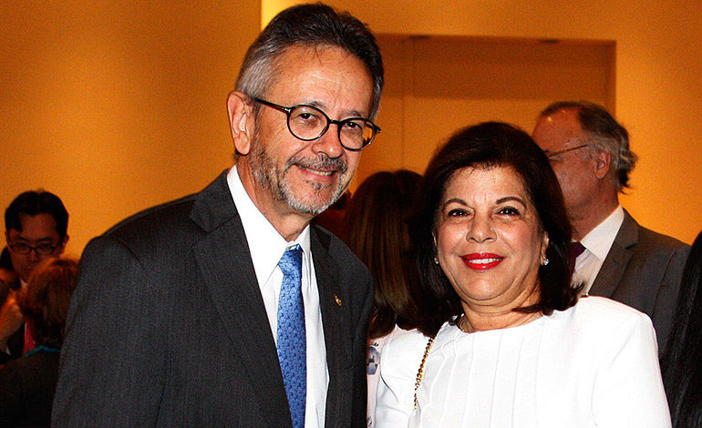 Roberto Flores y Juliette Handal.
