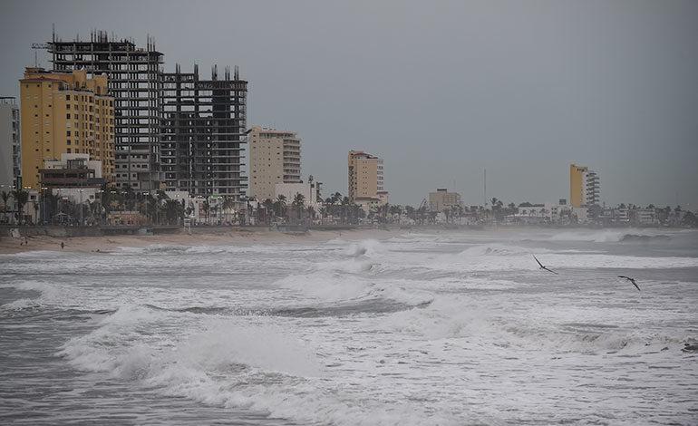Bandas nubosas de poderoso huracán Willa alcanzan costa mexicana